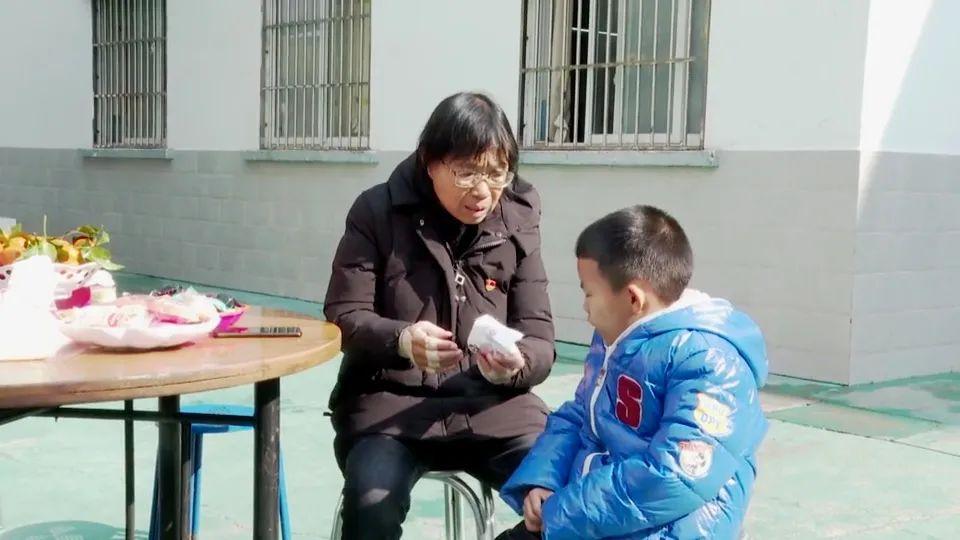 张桂梅怎么坐轮椅了?